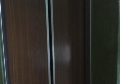 Kad iedarbojas visi Mērfija likumi un ar ratiem iesprūsti liftā