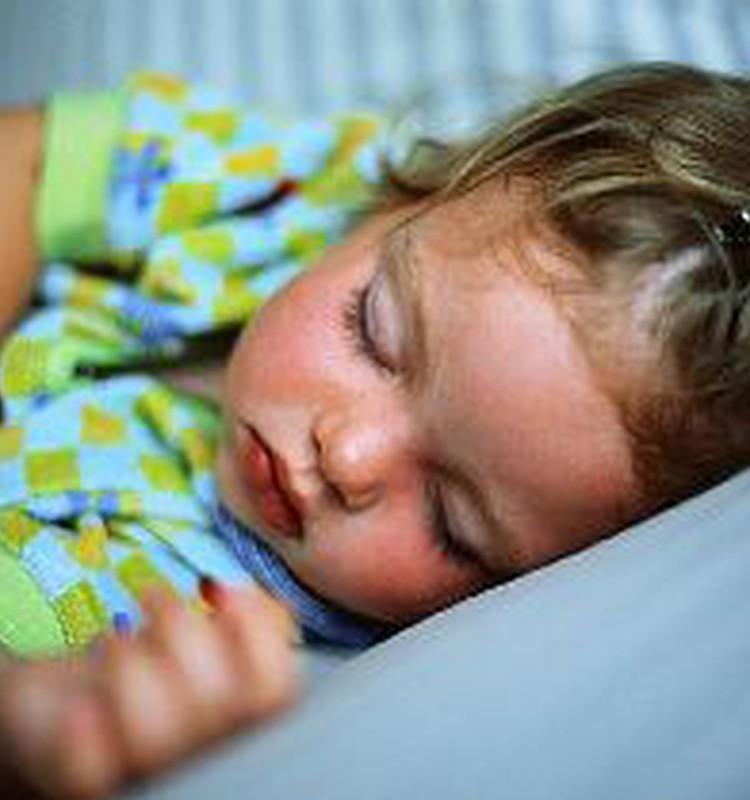 Bērniņš guļot griež zobus