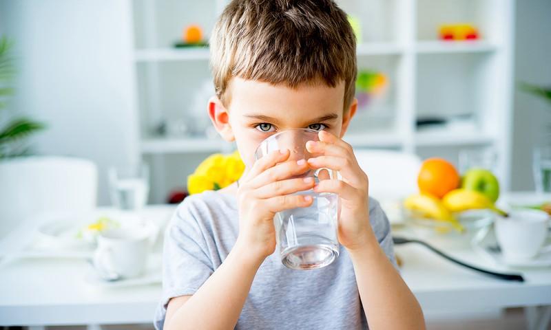 5 idejas, kā iemācīt bērnam dzert ūdeni