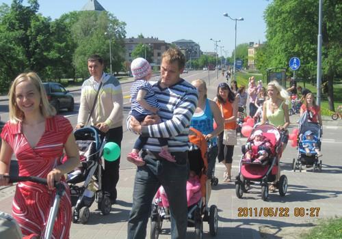 6.maijā māmiņas vienlaicīgi visā Latvijā izies Lielajā Ratu pastaigā