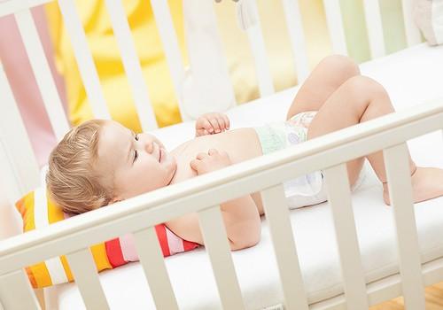 Kādēļ mazulis nevēlas gulēt savā gultiņā?