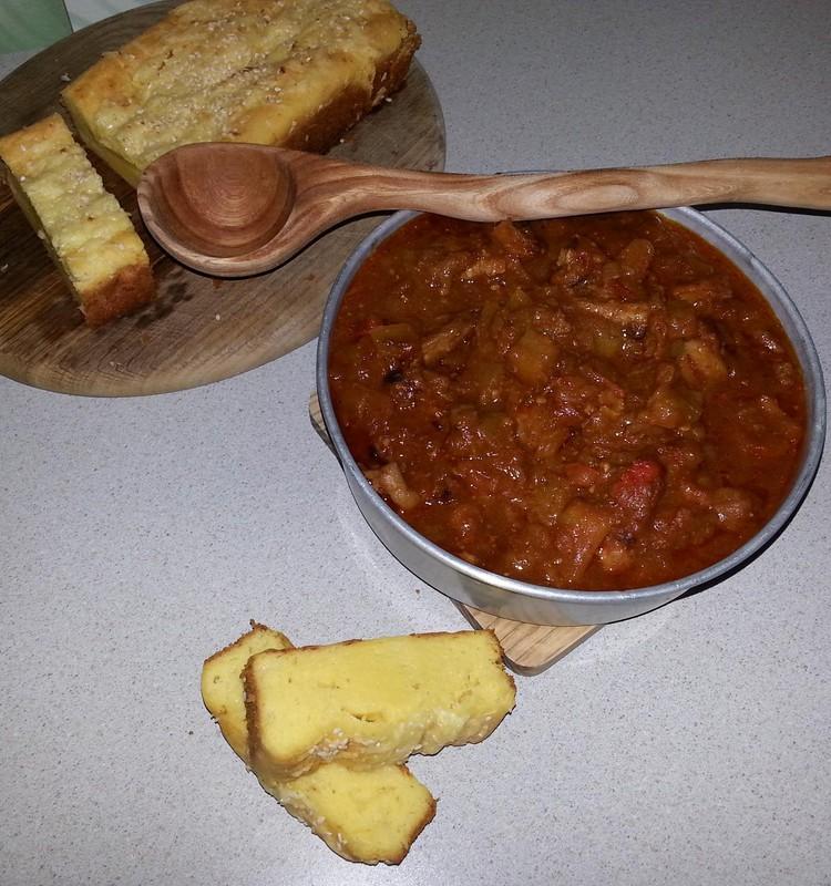 Gaļas, dārzeņu sautējums ar ķibja maizi