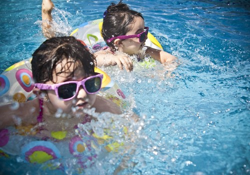 Svarīga gan drošība, gan jautrība – soļi bērna peldētprasmes apgūšanā