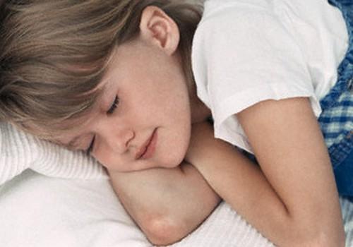 Kā ēdiens var ietekmēt bērna slapināšanu gultā