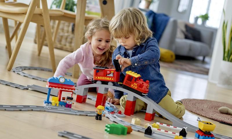 Ģimenes, kurās ar bērniem spēlējas biežāk, ir laimīgākas: bērni atzīst, ka ir pārāk aizņemti un laika rotaļām nepietiek