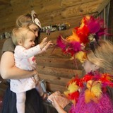 Evelīna ieraudzīja māsicu - papagaili.