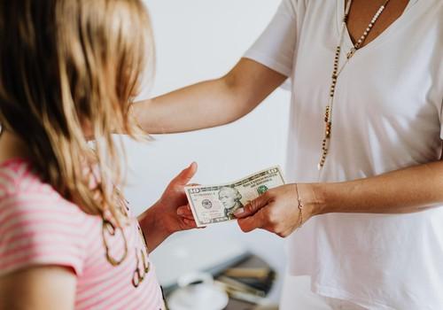 Jaunais mācību gads klāt! 6 visbiežākie vecāku jautājumi un atbildes par kabatas naudu bērnam