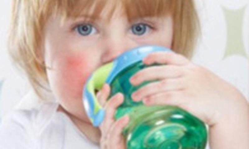 Kādēļ mazulis dzer daudz šķidruma?