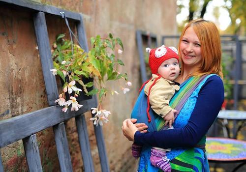 Vecākus aicina uz bezmaksas nodarbībām par bērna nēsāšanu slingā