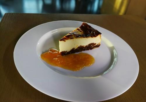 VideoRECEPTE: Piparkūku siera kūka