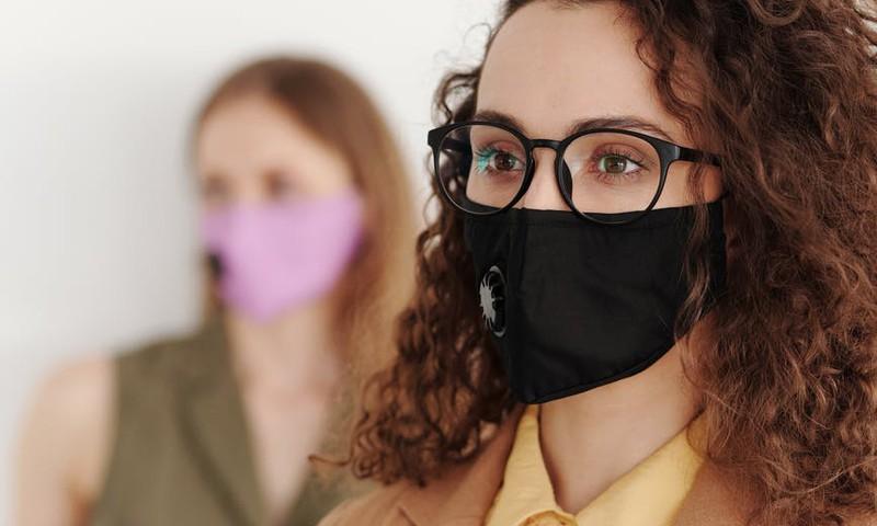 Ko darīt, lai briļļu lēcas neaizsvīst, ja lieto masku?