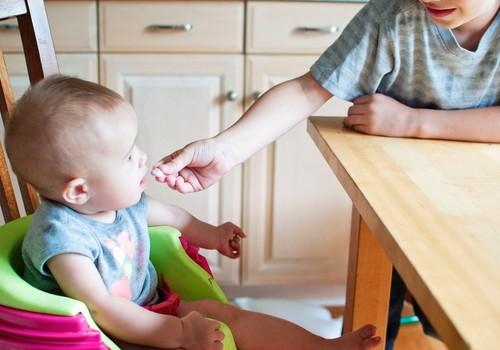 Kā un kad piedāvāt mazulim pirmo piebarojumu?