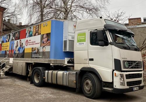 Bērnu veselības buss pie mazajiem pacientiem dodas, izmantojot 100 % atjaunojamo Neste MY dīzeļdegvielu