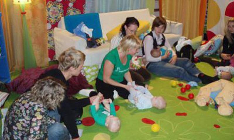 Māmiņu Klubā mācīsimies pareizu hendlingu un kā iemācīties bērnam pareizi rāpot, sēdēt un staigāt!