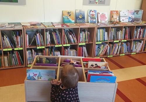 Uz bibliotēku kopā ar mazuli