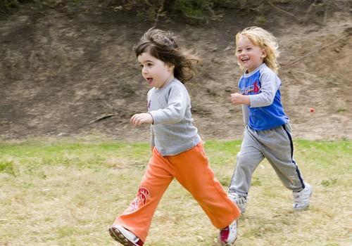 Kādus apavus izvēlēties bērnam pavasarī?