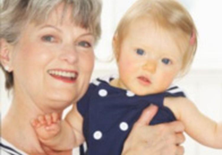 Kam atstāt mazuli - auklei vai omai?