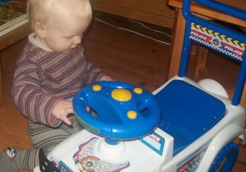 Kāpēc bērniem ir kaitīgi vizināties ar rotaļu mašīnītēm?