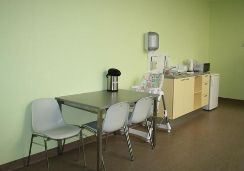 Durvis ver atjaunotās rehabilitācijas telpas Bērnu klīniskajā universitātes slimnīcā