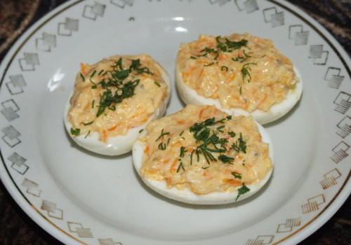 Pildītas olas ar siera salātiem
