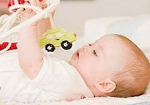 Kādas rotaļlietas izvēlēties mazulim pirmā gada laikā?