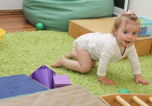 Fizioterapeite: veido šķēršļu joslas savam mazajam rāpotājam