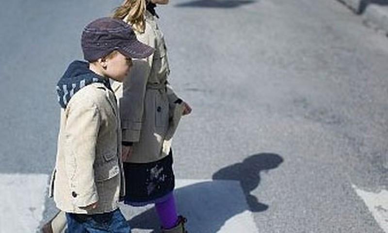 Mediķi aicina pievērst pastiprinātu uzmanību bērnu drošībai uz ceļa