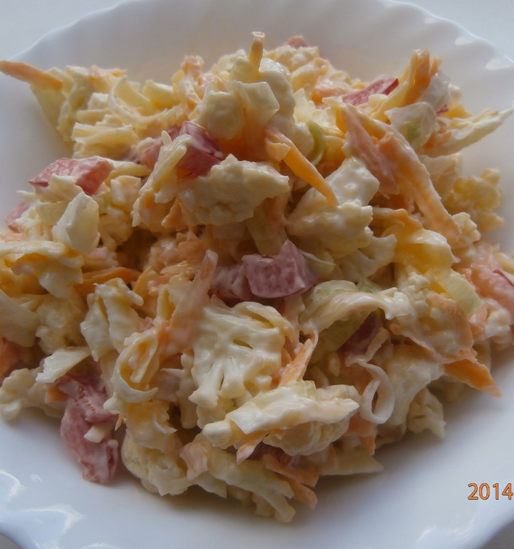 Puķkāpostu salāti ar sieru, papriku, burkāniem un puravu