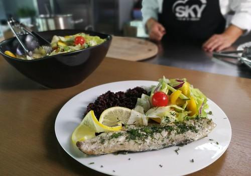 VideoRECEPTE: Tvaicēta skumbrijas fileja ar melnajiem rīsiem un svaigiem dārzeņu salātiem