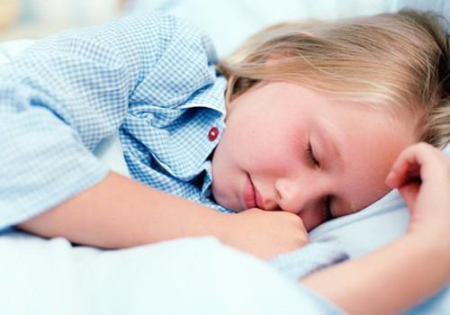 Kādā vecumā nakts nesaturēšanu var saukt par enurēzi?