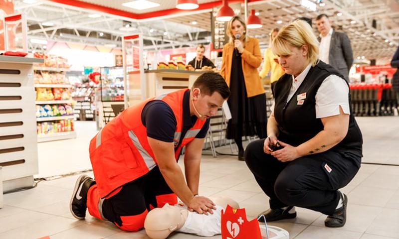 32 Rimi hipermārketos visā Latvijā pieejamas dzīvības glābšanas ierīces – defibrilatori