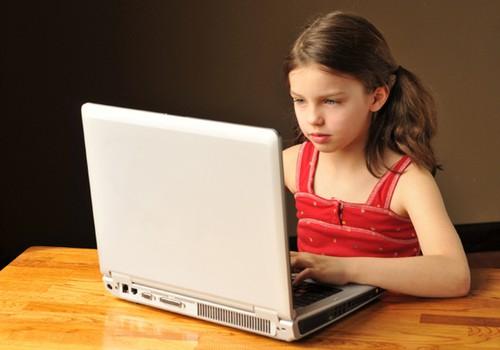 Pastāstiet bērniem, lai viņi padomā, pirms ievieto internetā!