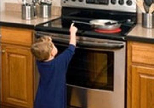 Biežākās situācijas, kādās bērni mājās applaucējas un gūst apdegumus