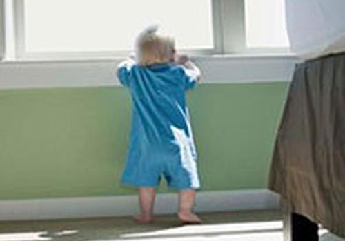 Mazulis ceļas kājās un nevēlas rāpot