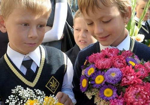 Rīgā dzīvojošie pirmklasnieki un viņu vecāki Zinību dienā mikroautobusos varēs braukt bez maksas