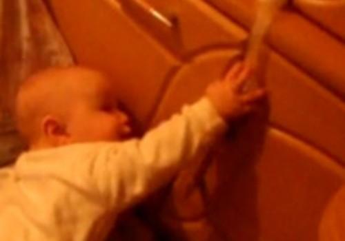Video: Daiņa izklaides ar durvju aizsargiem