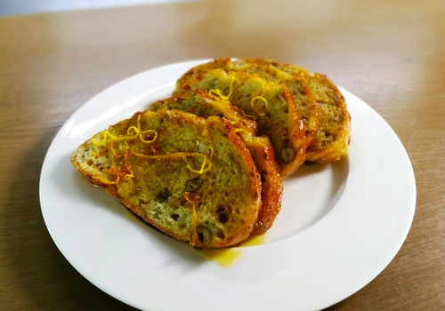 VideoRECEPTE: Pannā ceptās brokastu maizes ar apelsīniem jeb Pain perdu