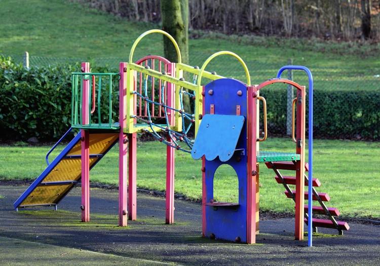 Plāno stingrākus noteikumus bērnu rotaļlaukumiem