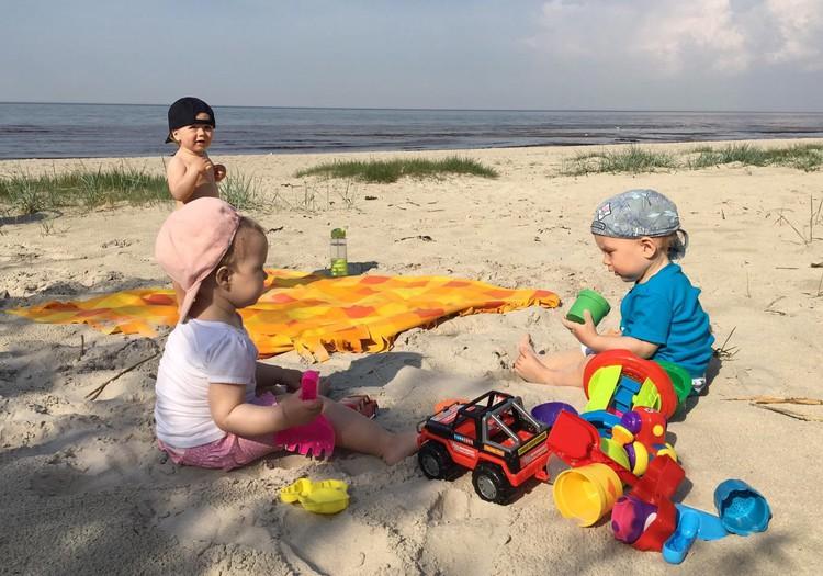 Laimīga mazuļa dienasgrāmata: Pirmo reizi jūras smiltiņās