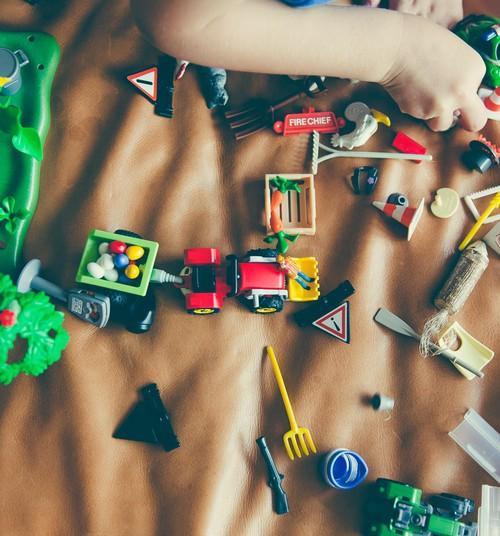 Kāpēc bērns plēš savas rotaļlietas?