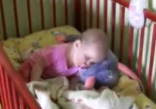 Jautrie mazuļu video: snaudošais mazulis