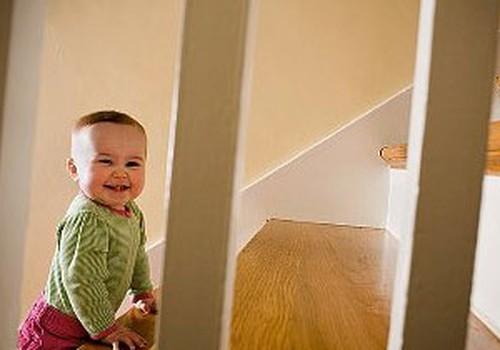 Katras sešas minūtes kāds bērns iegūst traumas uz kāpnēm