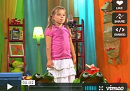 """Dziesmu """"Mušas dzīve"""" izpilda sešgadīgā Anna Junga"""