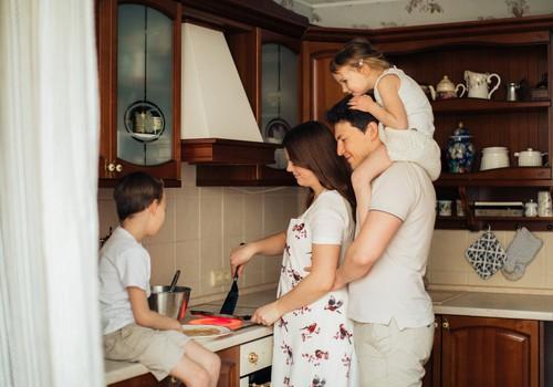 9 lietas, ko nekādā gadījumā nevajadzētu darīt bērna klātbūtnē