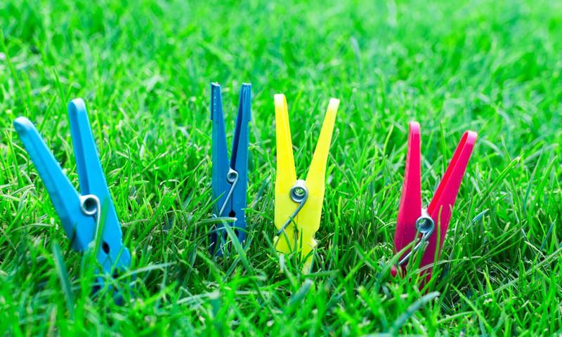 5 rotaļas ar drēbju knaģiem bērna sīkās motorikas attīstībai