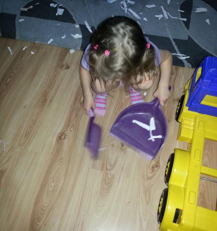 Meita palīdz mājas darbos