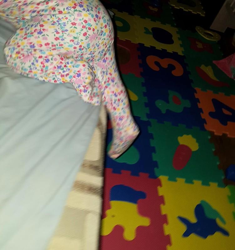 Mūsu bēbīte prot pati izkāpt no gultas
