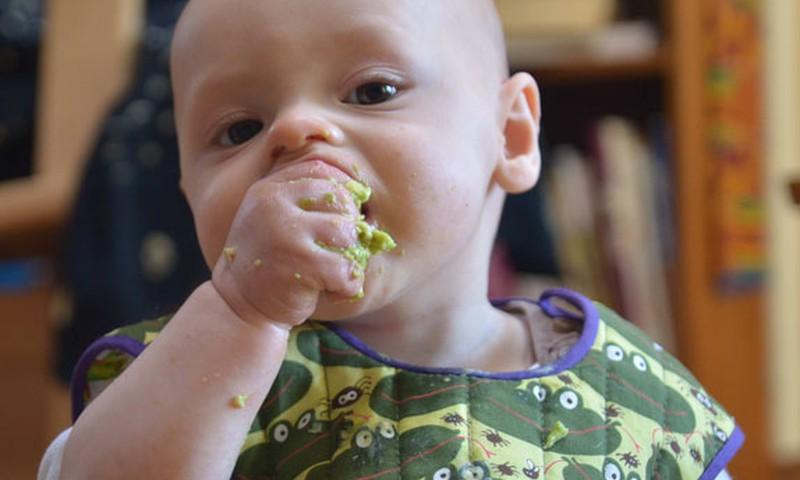 Mācām mazulim ēst pašam