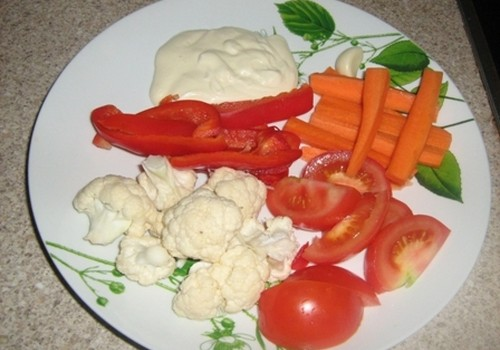 Svaigu dārzeņu izlase ar jogurta mērcīti