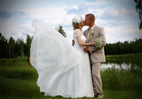 Oriģinalitāte apvienojumā ar ērtumu – modes tendences kāzu tērpos
